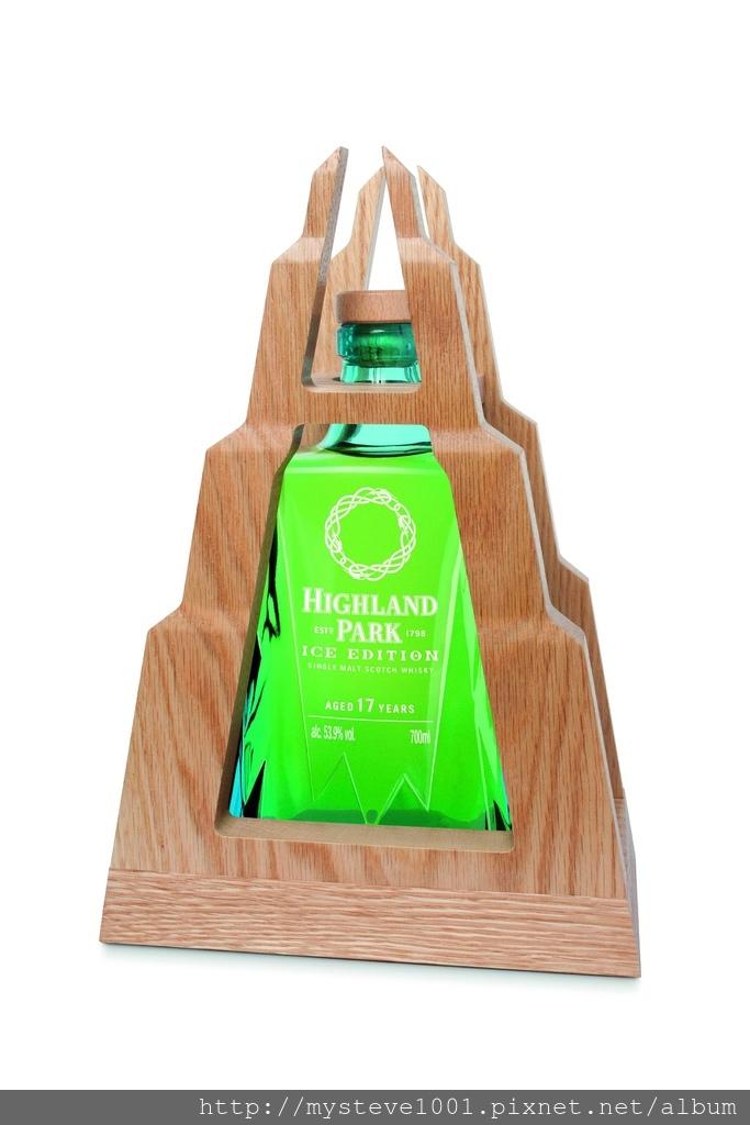 高原騎士ICE EDITION 17年單一麥芽威士忌與山形木製底座。.jpg