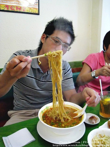 吃拉麵中!