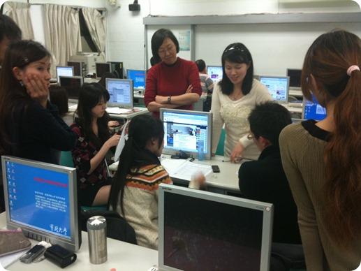 網路行銷課程老師分組討論