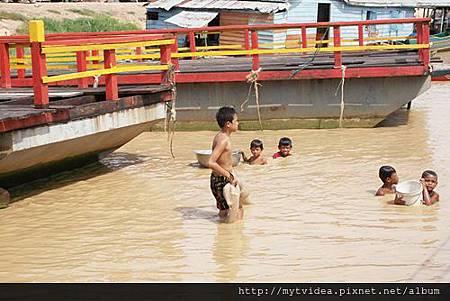 3-8孩子玩水