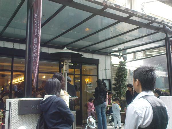 2009022801--004米朗琪咖啡-門口聚集的人潮.jpg
