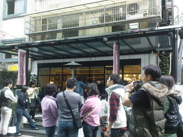 2009022801--005米朗琪咖啡-門口聚集的人潮.jpg