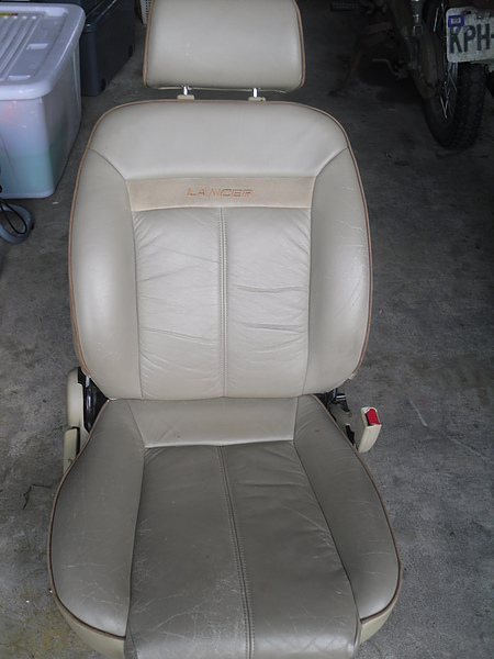 汽車皮椅龜裂處理前照片 1.JPG