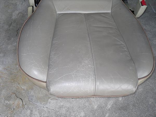 汽車皮椅龜裂處理前照片 2.JPG
