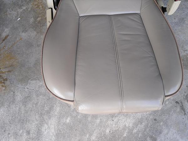 汽車皮椅龜裂處理後照片 2.JPG