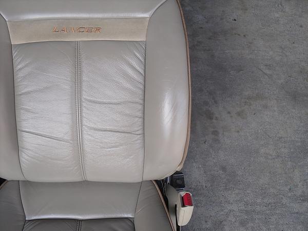 汽車皮椅龜裂處理後照片 3.JPG