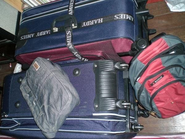 2只大皮箱,2個Carry on, 希望不要超重
