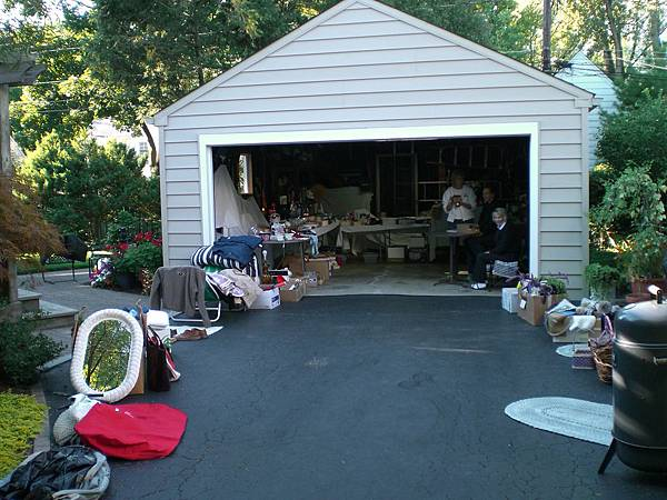 家裡的車庫變成臨時的跳蚤市場,既環保又能把不要的東西變賣,加減賺!