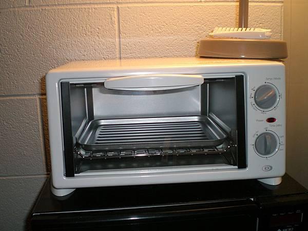 今天剛買的烤箱,15元,不過以後有熱騰騰的烤麵包可以吃了!!