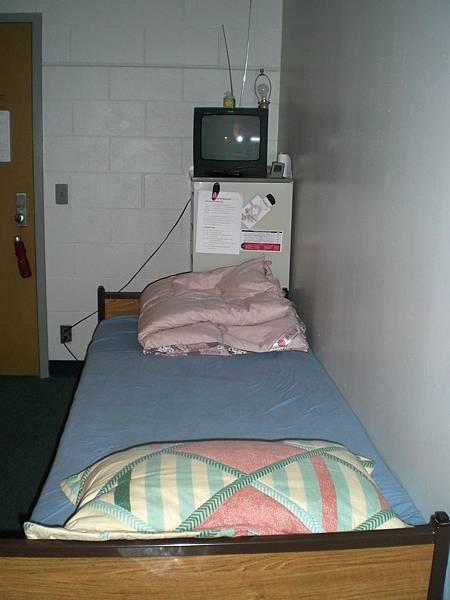 櫃子上的電視也是晴惠和學長捐的,我的英文聽力都靠這台電視了...