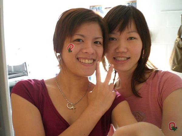 紅色T-shirt 和可愛的轉印臉貼,出發看球去!