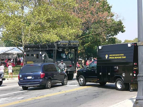 鎮暴警察為球賽增添緊張的氣氛