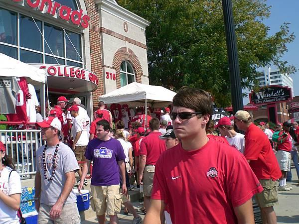 到處都是穿著紅色T-shirt 的人