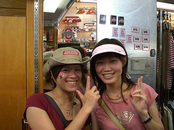 去學校附近的店買帽子,天氣熱到不行