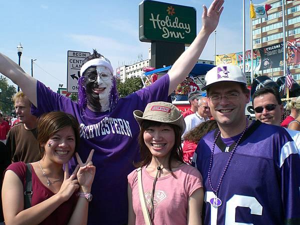 穿紫色的是西北大學的人馬,合照一下,應該不會被OSU的球迷K吧?