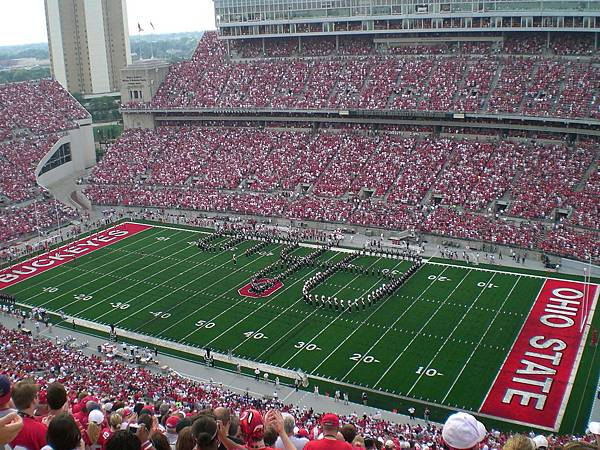 這是OSU的主場球賽,所以滿場的人都是支持OSU的,將近十萬人喔