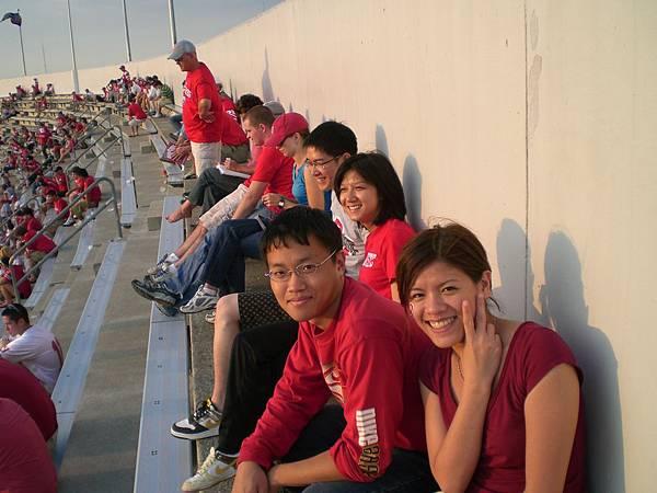 一起看球賽的台灣人,隔壁的學長是我們的解說員!