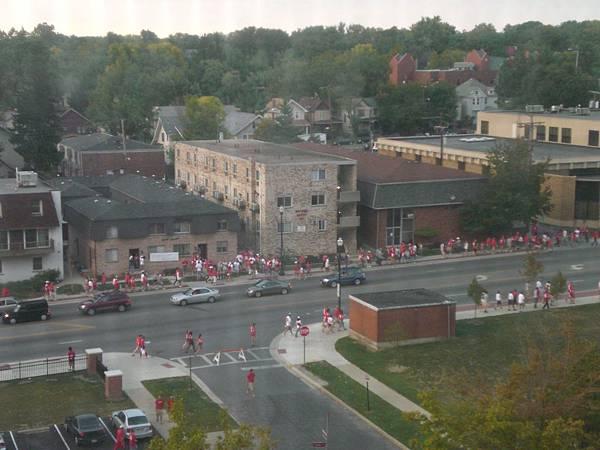 回到宿舍後,從窗戶向外看,盡是一些紅衣服的球迷,這是個運動狂熱的國家!!