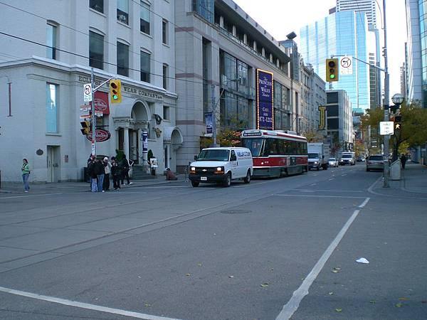 市中心,交通很發達,還有陸上鐵路公車