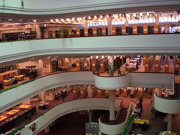 市立圖書館~超級大,隨處可見認真的亞洲學生
