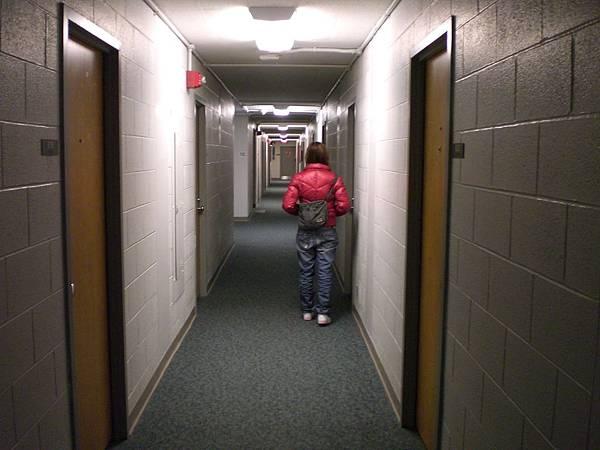 宿舍房間前面的走道,我和郁婷趕著去見英文會話夥伴