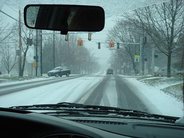 要去市區的路上,雪還是不停的下