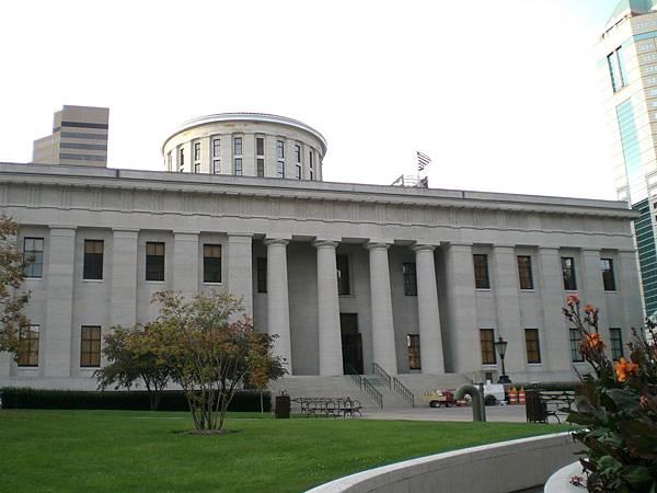 往機構的方向走會先遇到國會大樓