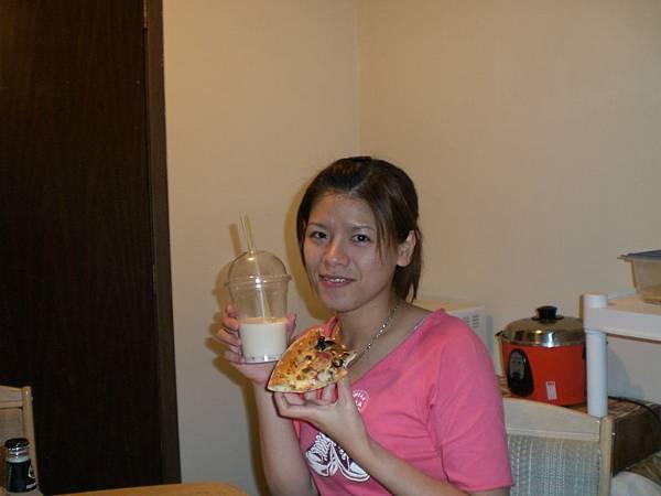 Pizza+珍奶=人間美味阿~