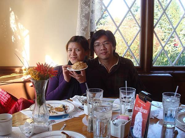 星期天吃自助式餐點, 泡芙和蛋糕都很好吃, 雖然很飽, 還是硬吃
