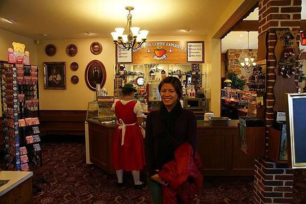 """餐廳的服務生都是穿著傳統服,不過我們懷疑他們是""""平地人"""",不是Amish"""
