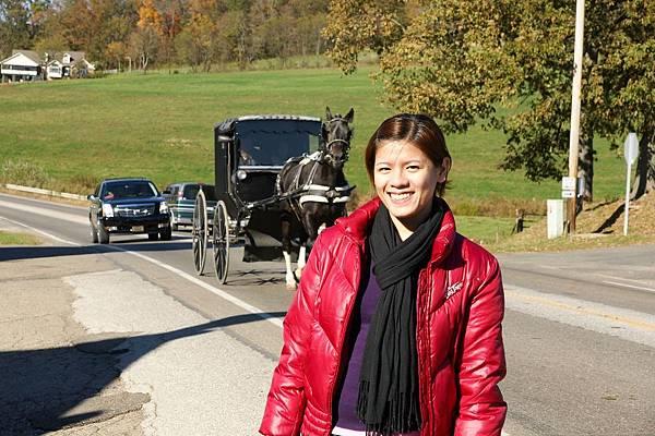 Amish的人都穿傳統衣,架馬車,聽說不能拍人,只好趁他們經過,偷照馬車
