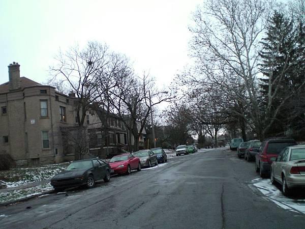 清晨要去實習,家裡附近的雪還沒退,真的很漂亮