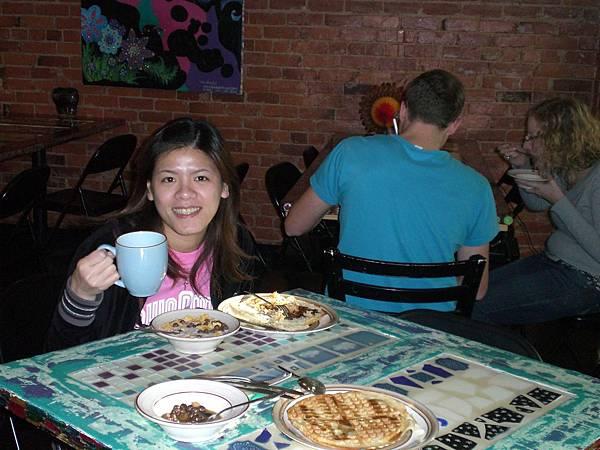 Day2- 青年旅館Lucky D's: 這家旅館非常便宜, 住六天送一天, 每天早上有免費的早餐, 一星期還有三天免費的晚餐, 比後來我們住的usa還要好!