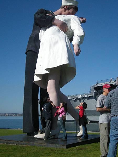 Day2-seaport: 偷看裙底風光,還被附近騎腳踏車的老伯制止, 他說那個女生沒穿內褲,所以不可以偷看@@