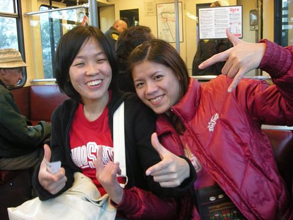 Day2-前往 Home town Buffet 的途中: 捷運裡面就是長這樣喔!