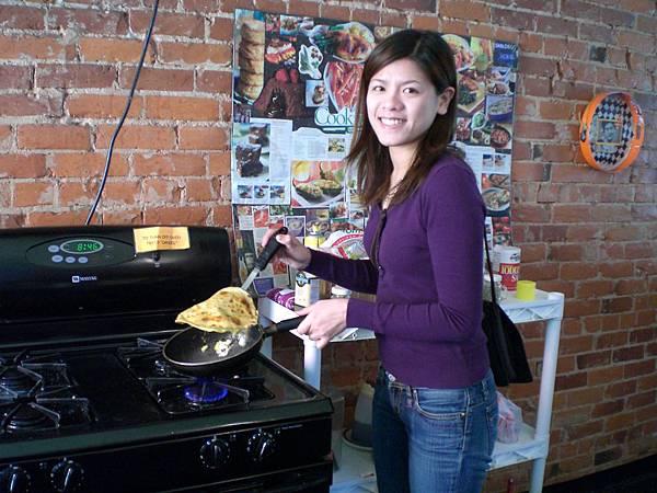 Day 6-昨天和小咪去一元的店買墨西哥餅皮, 加蛋一起煎, 超像台灣的蛋餅, 好好吃喔!