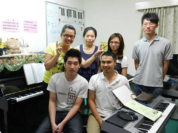 小楊流行鋼琴團體班合影