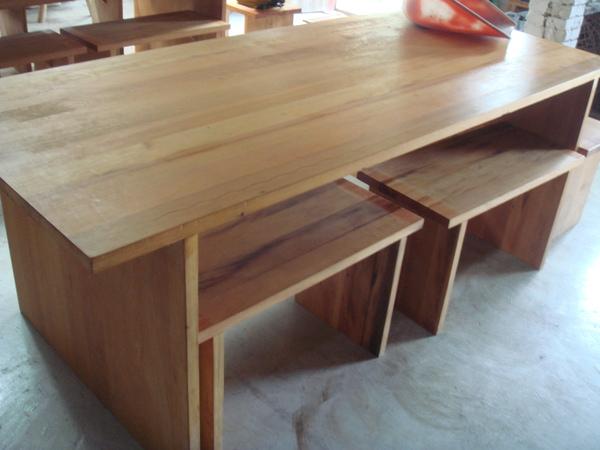 地板做成的桌子