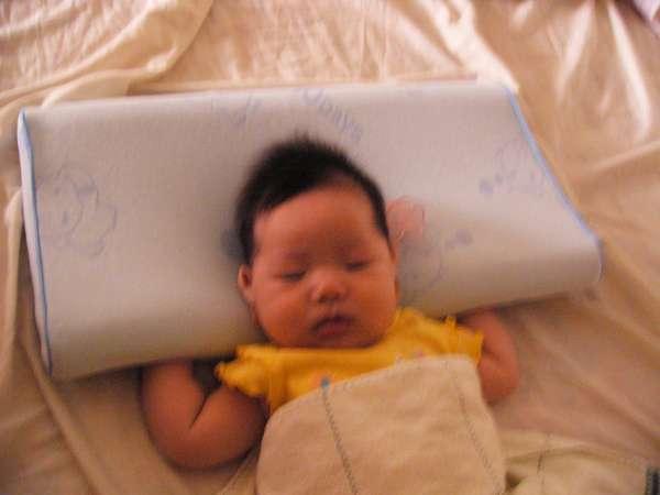 手放這樣睡會比較有安全感啦!