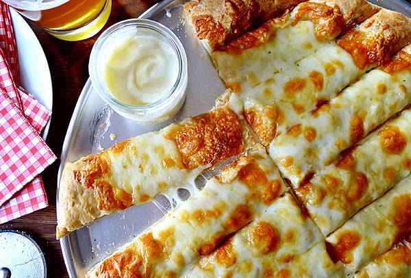 Garlic-Fingers-with-donair-sauce.jpg
