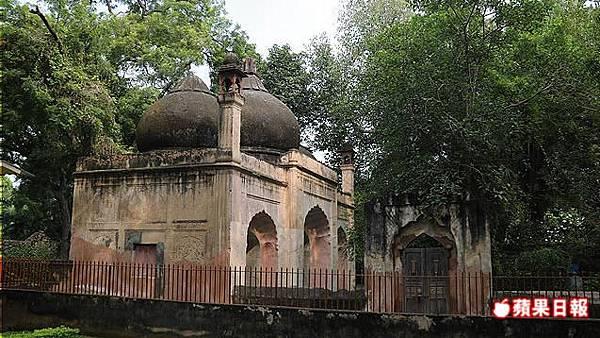 古達明納塔(Qutub Minar)入口處的這座小清真寺,才是德里最古老的清真寺。 2016 蘋果日報/楊沛騏。世群旅行社