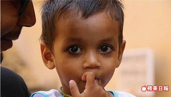 印度小孩也畫煙燻妝?!其實那是民俗療法為了保護眼睛,至今仍相當普及採用。 2016 蘋果日報/楊沛騏。世群旅行社