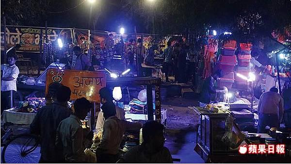 印度這種聚集的夜市小攤,和台灣鄉下其實也常能見到。2016 蘋果日報/楊沛騏。世群旅行社