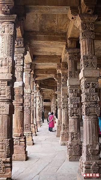 古達明納塔(Qutub Minar)周邊的清真寺建於印度教神廟原址上,石柱上仍可找到相關痕跡。 2016 蘋果日報/楊沛騏。世群旅行社