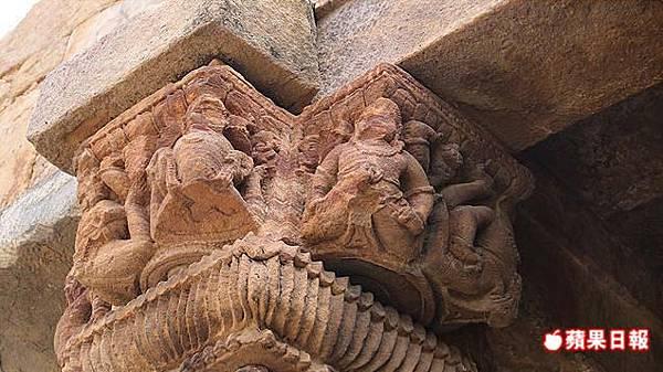 清真寺石柱上殘破的神像,即是原印度教神廟所刻,未完全被抹滅。 2016 蘋果日報/楊沛騏。世群旅行社