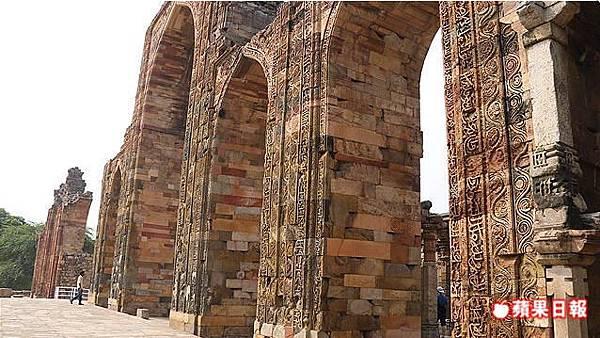 清真寺建於12世紀,巨大的石牆上有精美的花草圖案及經文雕刻。2016 蘋果日報/楊沛騏。世群旅行社