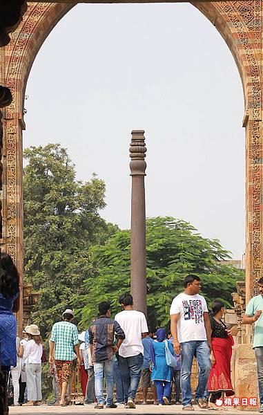 這根鐵柱豎立時間比清真寺久遠,相傳就是印度教政權的基石。 2016 蘋果日報/楊沛騏。世群旅行社