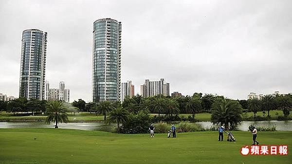 傑皮格林斯高爾夫球座落高檔公寓及酒店旁,這裡展現的是印度另一個生活樣貌。2016 蘋果日報/楊沛騏。世群旅行社