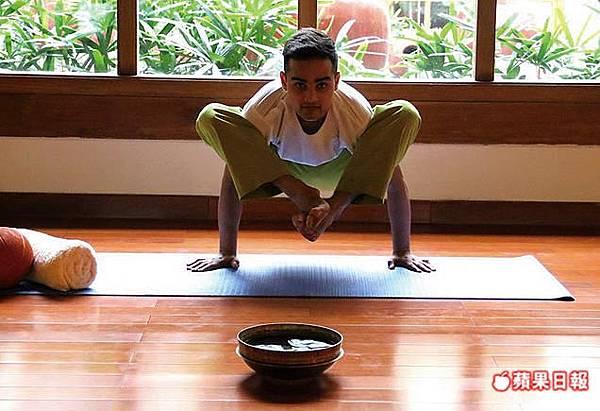 應要求露一手的不是瑜伽老師而是芳療師,卻隨便都能秀上高難度動作。2016 蘋果日報/楊沛騏。世群旅行社