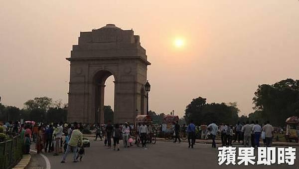 印度門是印度本地人觀光必訪、也是德里居民的休閒去處。2016 蘋果日報/愛玩姐。世群旅行社.jpg